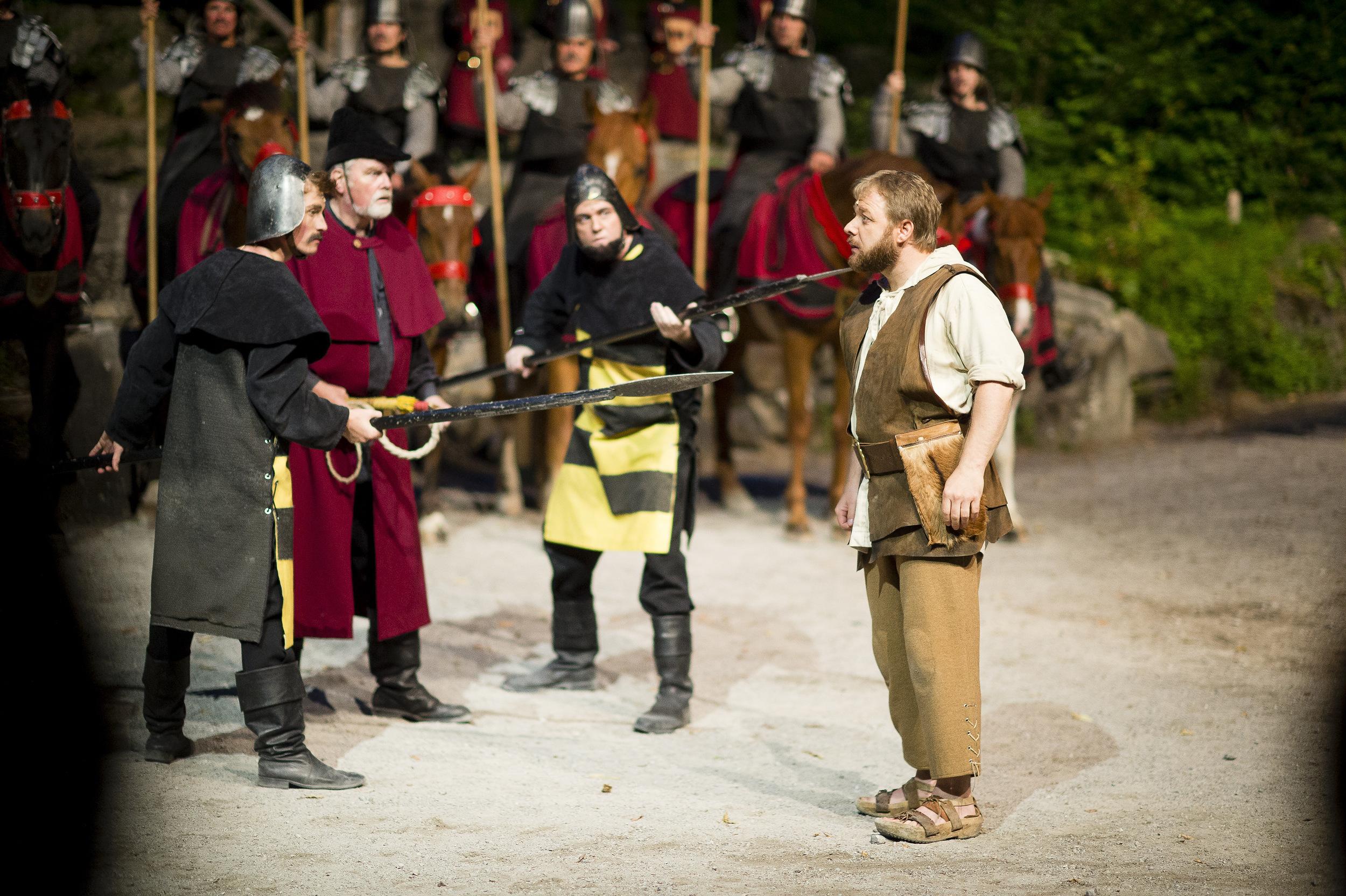 Tell vor dem Apfelschuss bei den Tellspiele in Interlaken waehrend der Premiere am 28. Juni 2015.