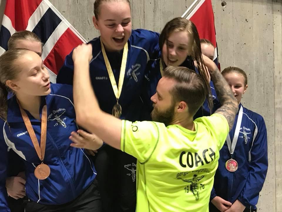 Alle medaljene i synkron damer gikk til Bergen!
