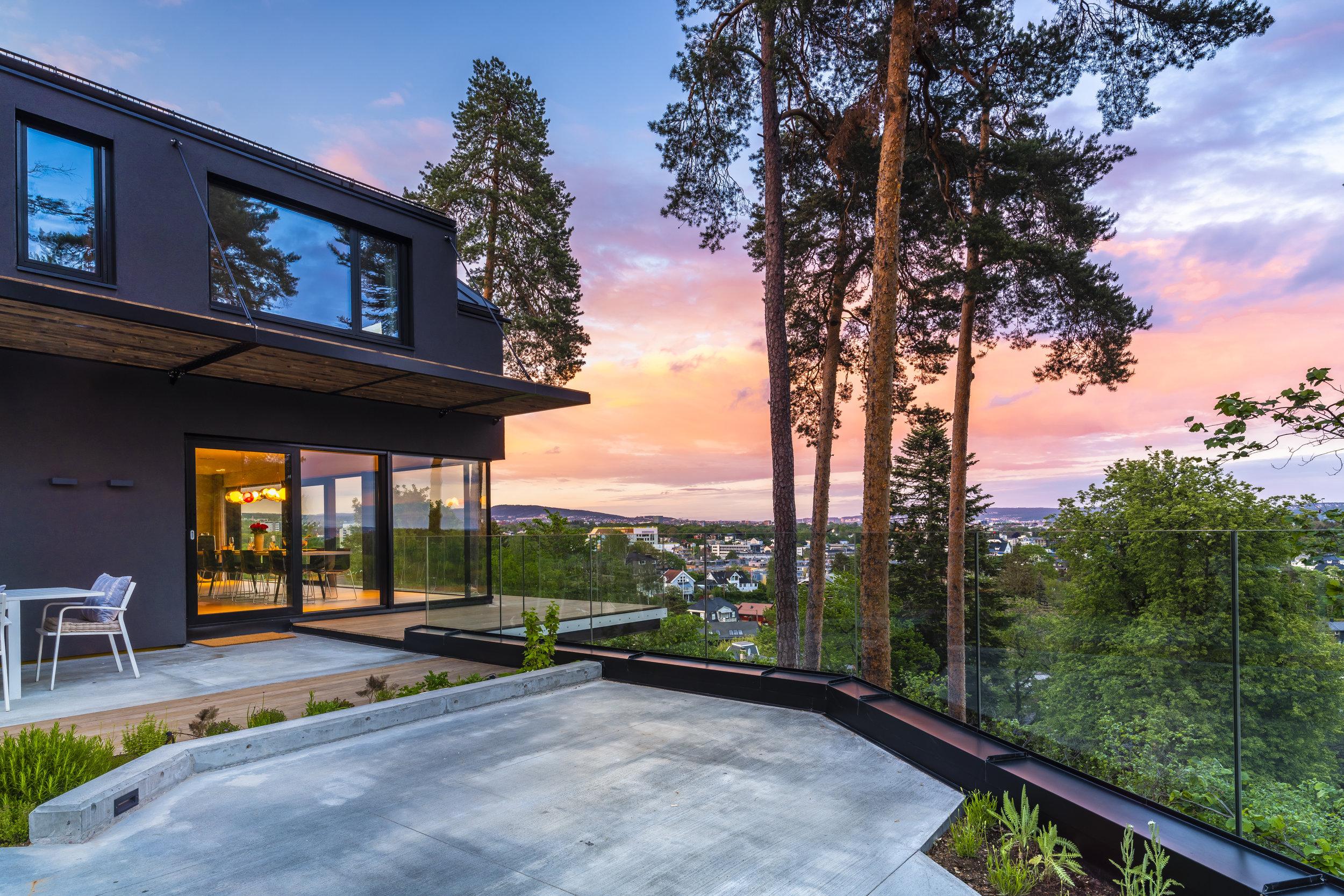 Enebolig U7 - Boligen er ferdigstilt i 2019. Boligen ligger med utsikt over Oslo og er på 320 kvadratmeter over tre etasjer. Hagen er delvis anlagt over en underjordisk garasje