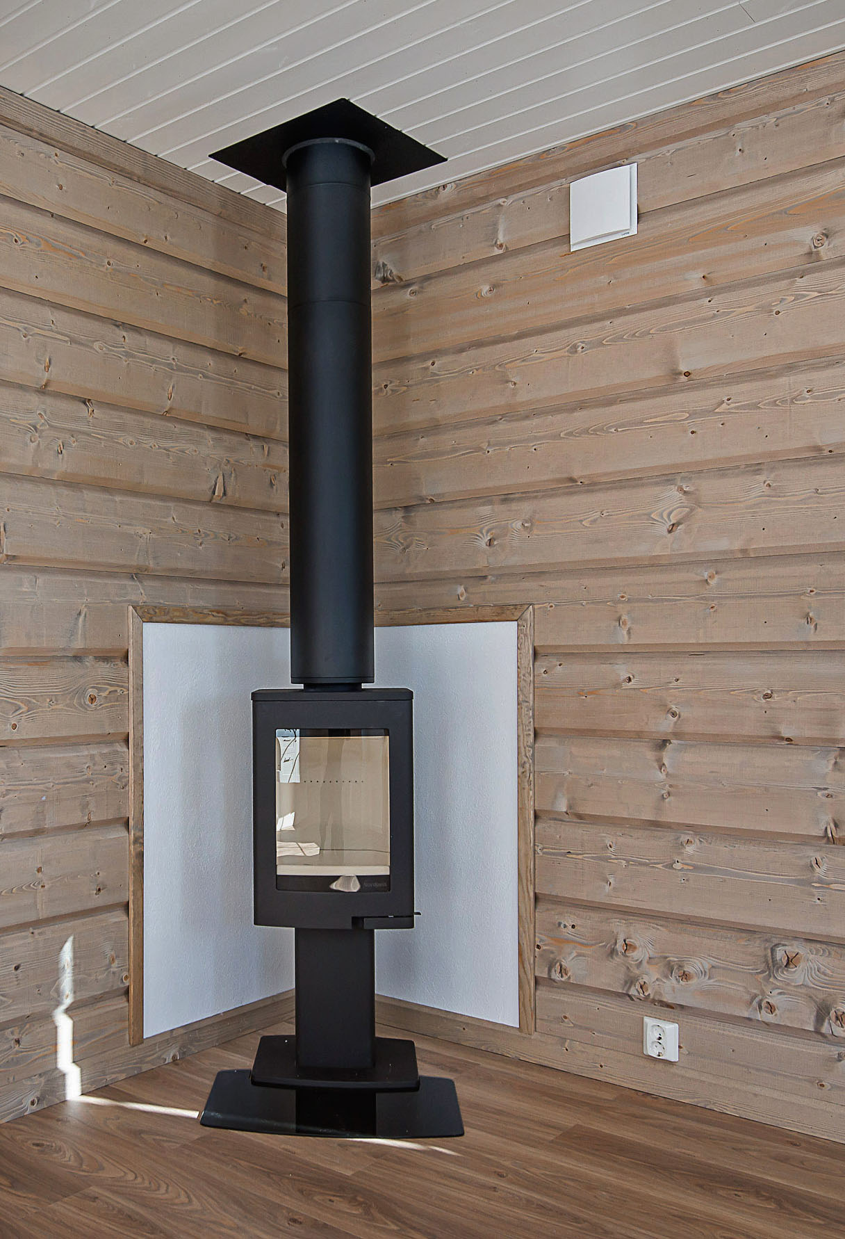 Lunos e2 montert i yttervegg nær peis bidrar til høy varmegjenvinning