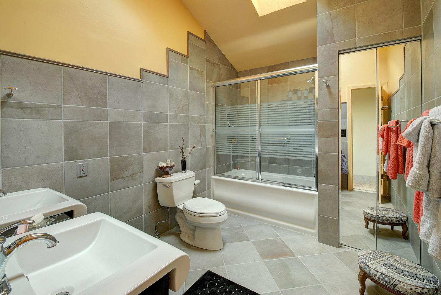 upstairs bath 2.jpg