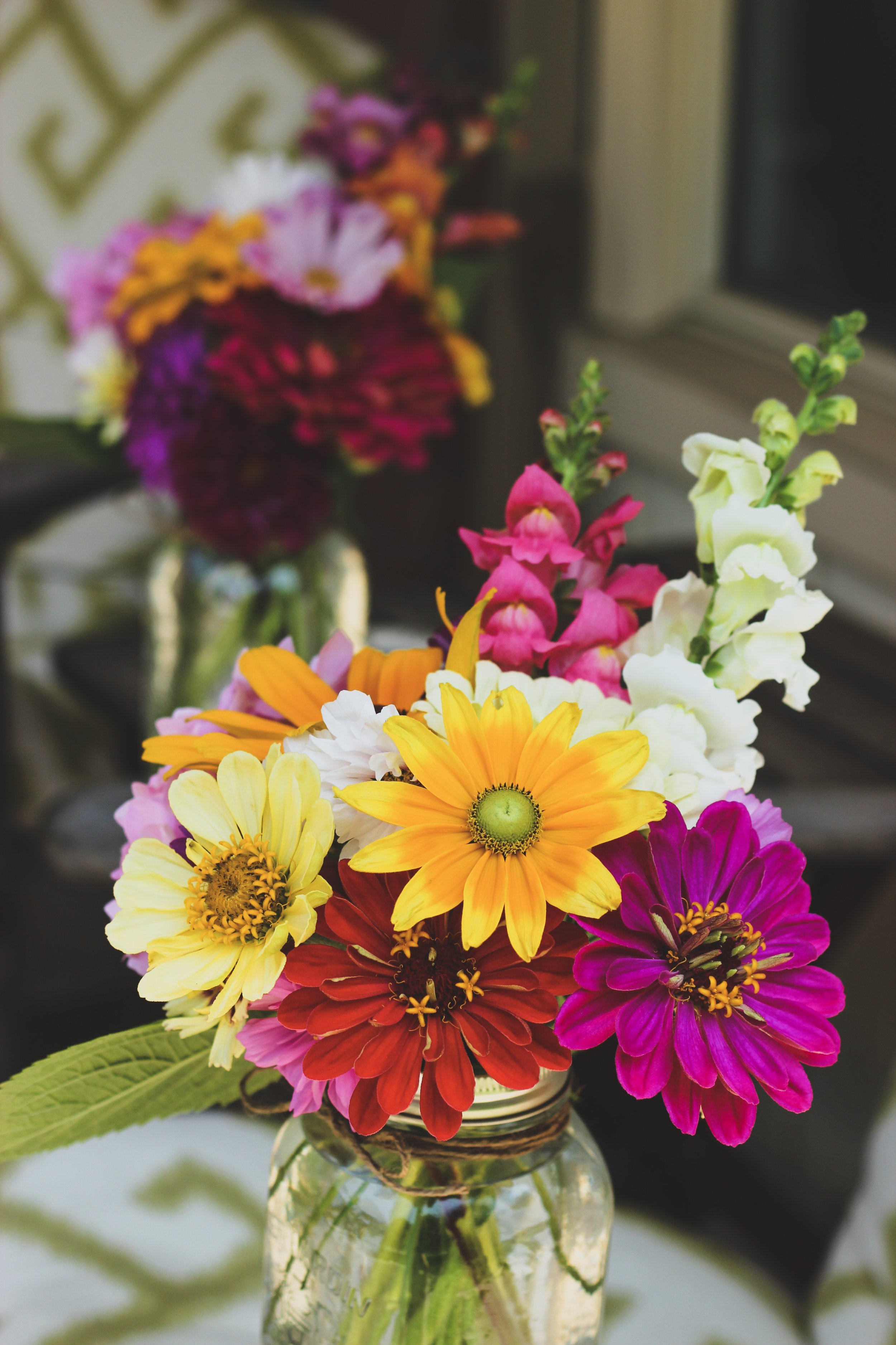 Colourful mixed snapdragon black eyed susan zinnia mason jar flower arrangement – Roots and Wildflowers