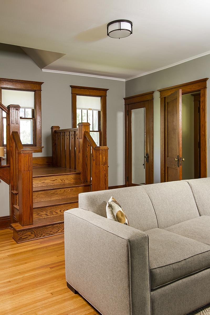 web_stairs foyer vert.jpg