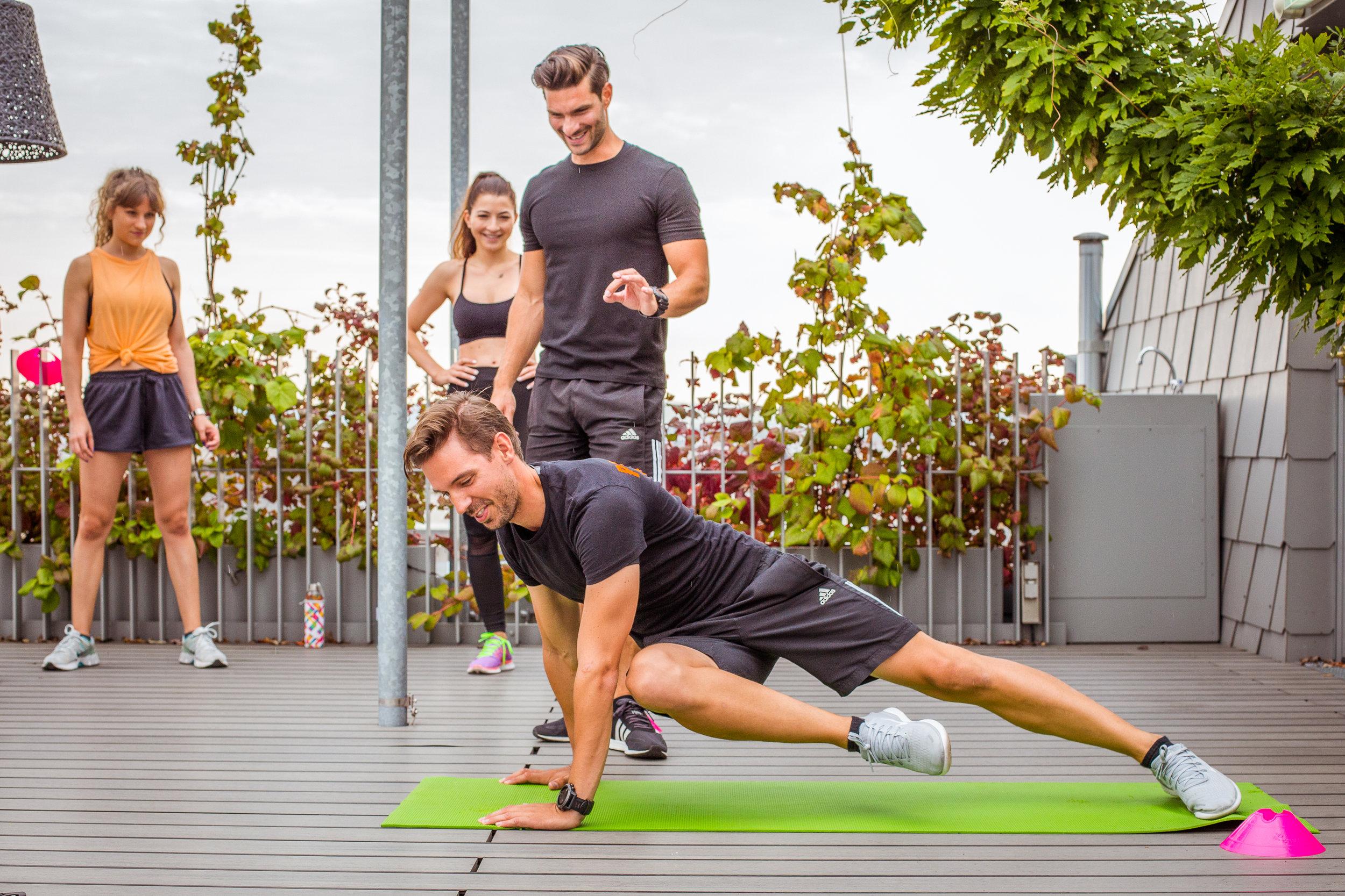 Trainingsplanung - Der Weg ist das Ziel!Egal ob Sie abnehmen möchten oder ein konkretes sportliches Ziel verfolgen. Ein konkreter Trainingsplanung macht immer Sinn. Ein guter und strukturierter Trainingsplan ist der Schlüssel zum Erfolg. Eine Trainingsplanung systematisiert nicht nur Ihr Ironman oder Marathon Training, inklusive der richtigen Ernährung und Regeneration, sondern fungiert auch als Stressmanagement Tool wenn es darum geht Beruf, Familie und Training unter einen Hut zu bringen. Regeneration ist in der heutigen Trainingsplanung zu einem wichtigen Bestandteil avanciert.ab 160€