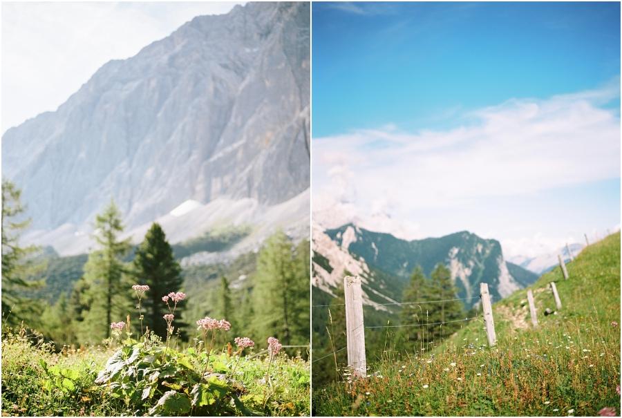Siegrid Cain Hochzeit Tirol Austria Karwendel Tracht Tattoos Brautkleid Gössl Gebirge Sommer Verliebt Grauvieh Edelweiss Alpine Almhütte alternative Hochzeit barfuss Sommerblumen Brautstrauss_0018.jpg