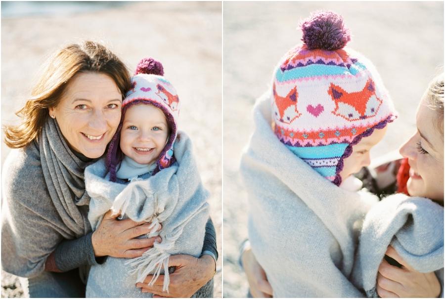 Siegrid Cain familie winter lifestyle outdoor kind mama natur fotoshooting fotografin analogue filmphotographer tee wolle poncho kuscheln salzburg austria_0005.jpg