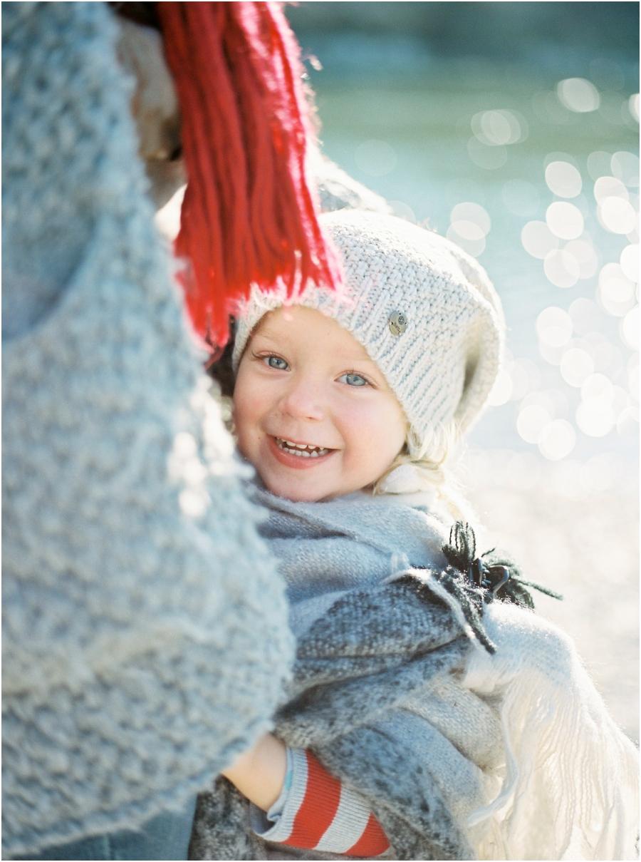 Siegrid Cain familie winter lifestyle outdoor kind mama natur fotoshooting fotografin analogue filmphotographer tee wolle poncho kuscheln salzburg austria_0008.jpg