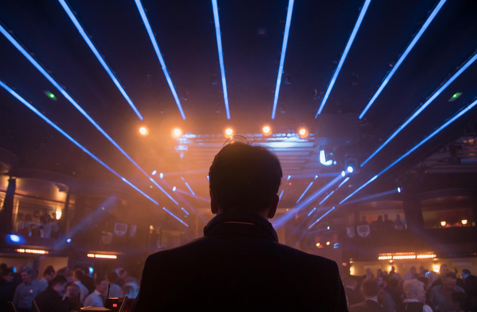 Nolan aux platines au cours d'une soirée d'entreprise à Paris animée par l'orchestre et DJ live Paris Groove