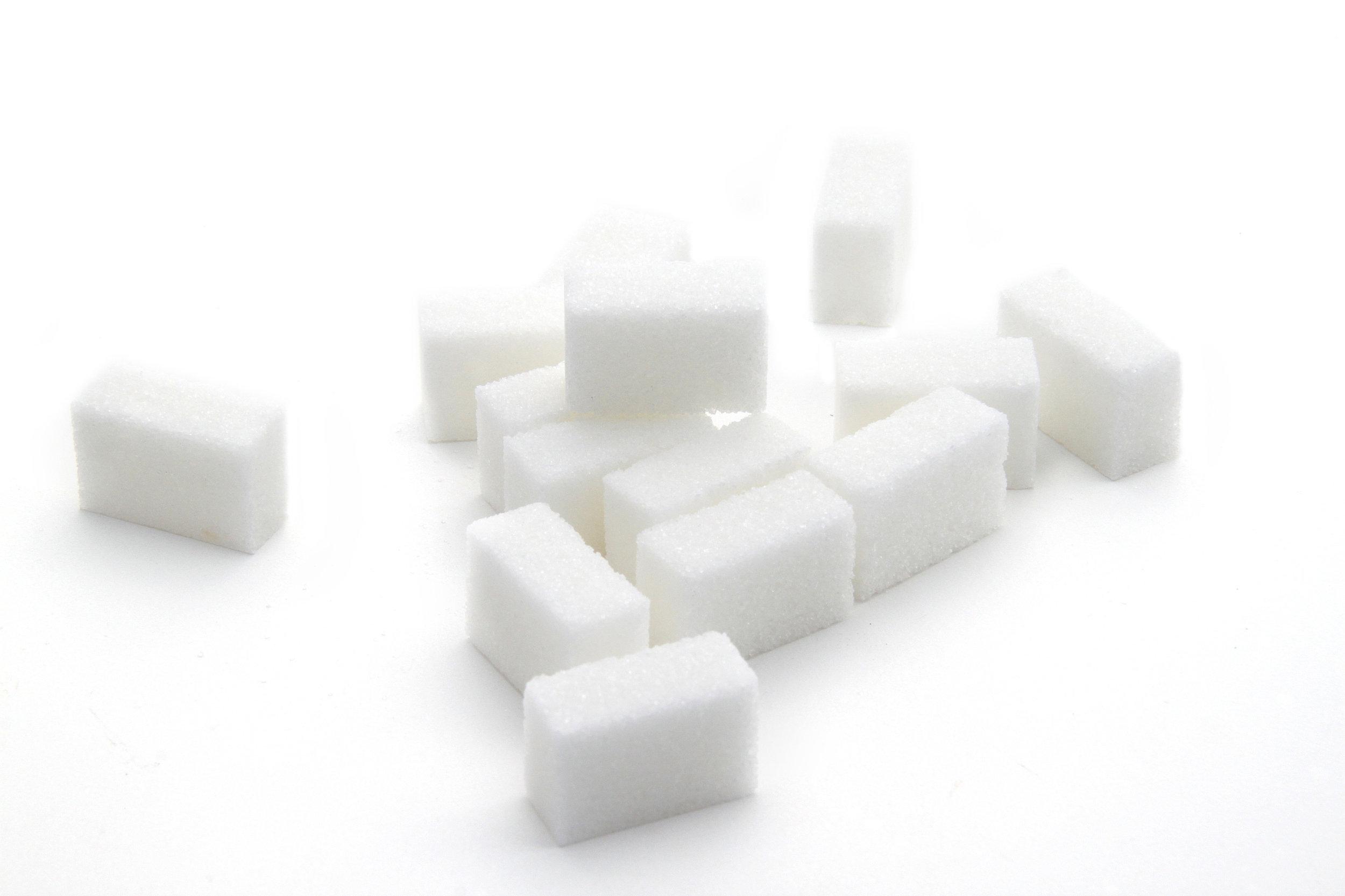 - Les sucres raffinés sont des produits industriels qui constituent des calories vides(sucres dits « rapides ») souvent ajoutées dans toutes sortes de préparations (lire attentivement les étiquettes).