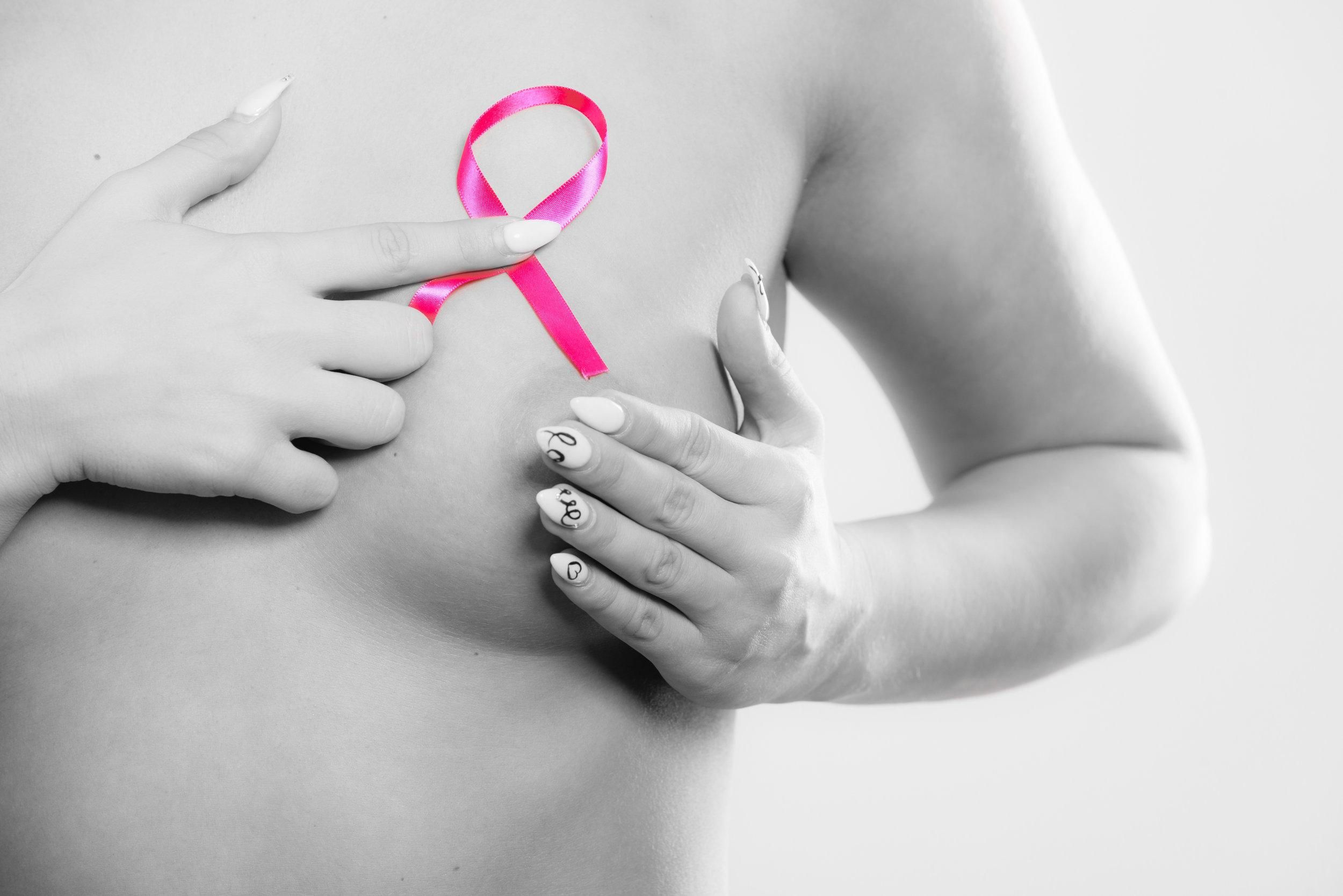 Les femmes avec des petits seins risquent moins de développer un cancer du sein? -