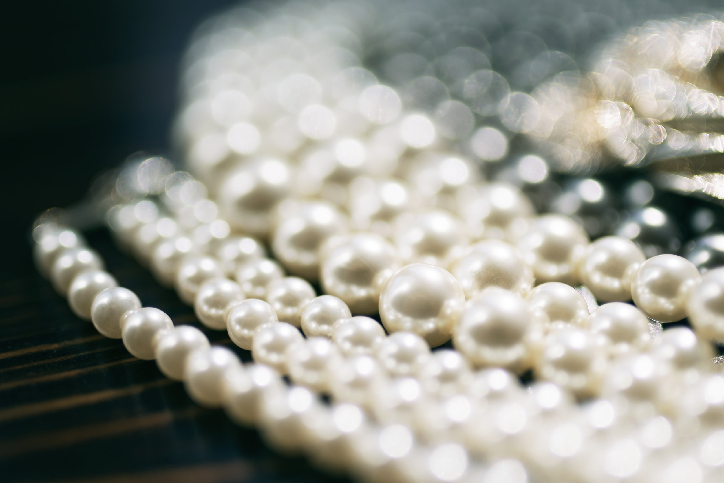 - Les accessoires tels que colliers, boucles d'oreilles, bagues et bracelets attirent l'attention. Les bijoux vont donner du relief, révéler une personnalité, affirmer un style.