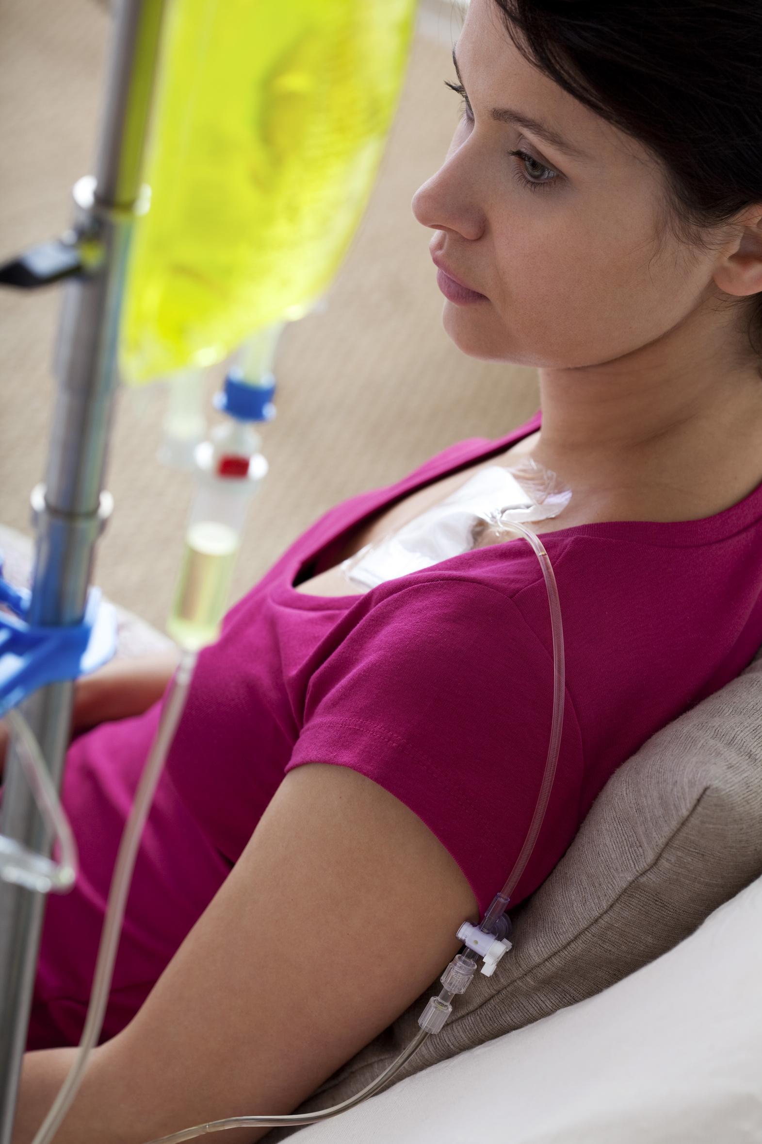 - Il existe différents traitements du cancer utilisés seuls ou associés entre eux :Chirurgie,Radiothérapie,Chimiothérapie,Hormonothérapie,Immunothérapie…Les effets secondaires de ces traitements restent toutefois lourds. Pour beaucoup de cancers, plus le diagnostic est fait tôt, moins les traitements sont lourds et meilleures sont les chances de guérison.