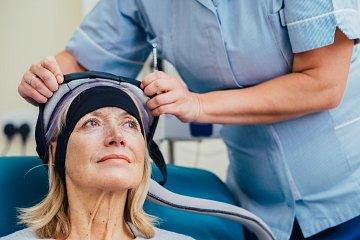- Un astuce efficace pour limiter la chute des cheveux : le port d'un casque réfrigérant deux heures avant et une heure après la chimiothérapie pour diminuer la perte de cheveux .