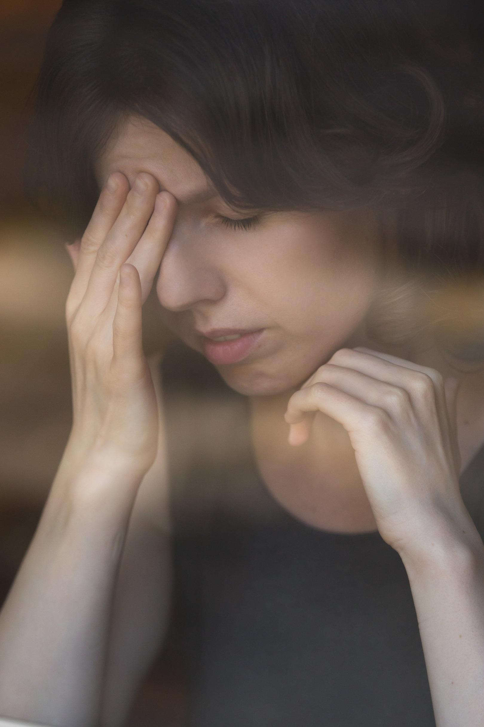 - Majoritairement les perturbations s'expriment sous forme d'irritabilité, angoisses, cauchemars, reviviscences et ruminations à propos du vécu traumatique, tendance à l'isolement, état dépressif, comportement agité voire violent, douleurs physiques, somatisations.Cet état chronique du trouble peut entraîner dépression, addictions, trouble du comportement alimentaire, attaques de panique, phobies, …