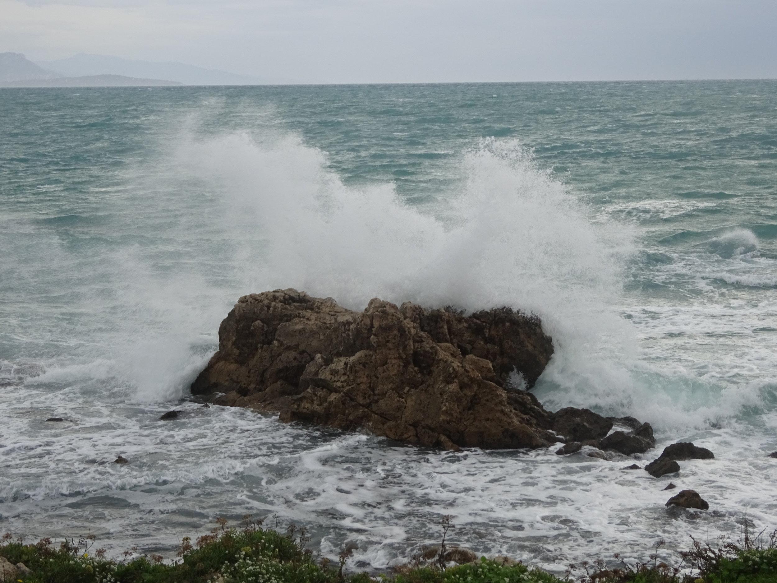 - Soit toujours comme la mer, qui se brisant contre les rochers, trouve toujours la force de recommencer. ( Jim Morrison)