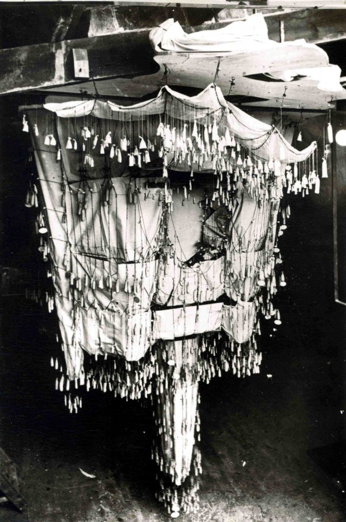 高迪未完成的ColòniaGüell教堂的倒置模型,具有参数化模型的所有组成部分。 他还用这种实验方法设计了SagradaFamília。 照片来源:圣家堂的赎罪教堂。