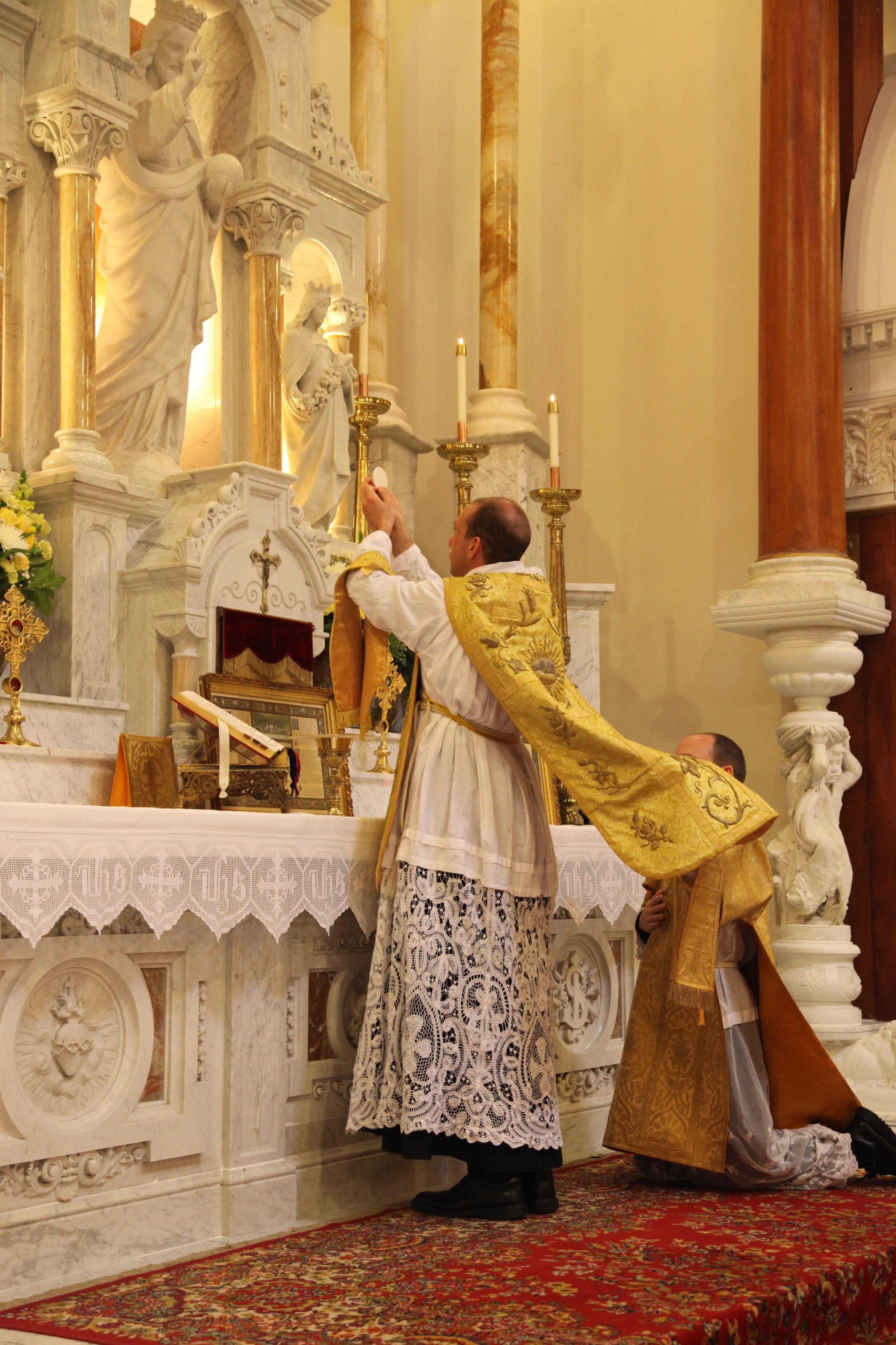 Fr_Thomas_Offers_Mass.JPG