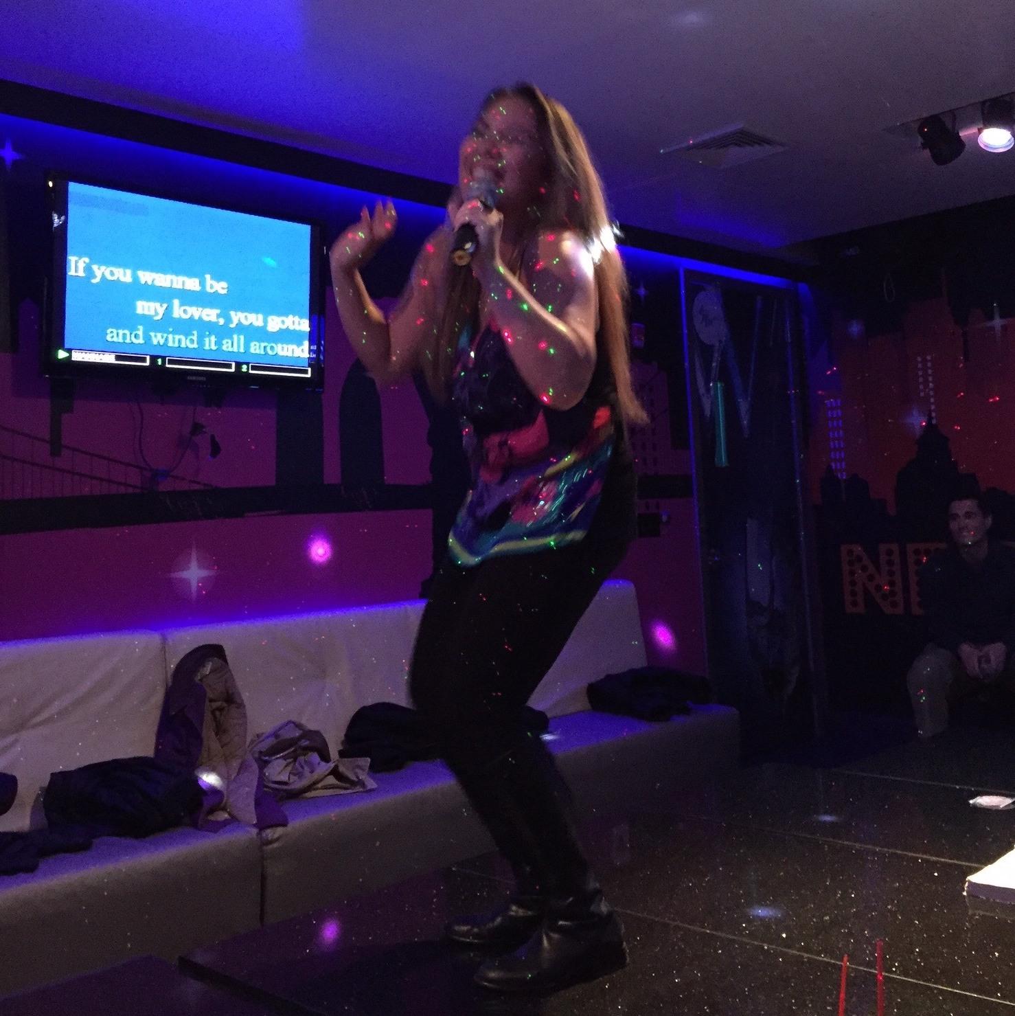 Amelia-Fortes-Karaoke.jpg