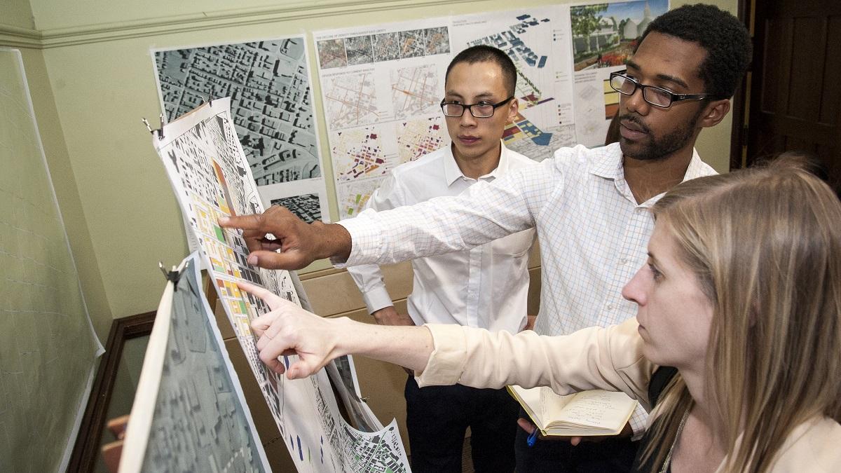 24_MUD_EXP08_Ernest Bellamy and Lu Zhu at community design presentation in East Liberty_F16_reduced.jpg