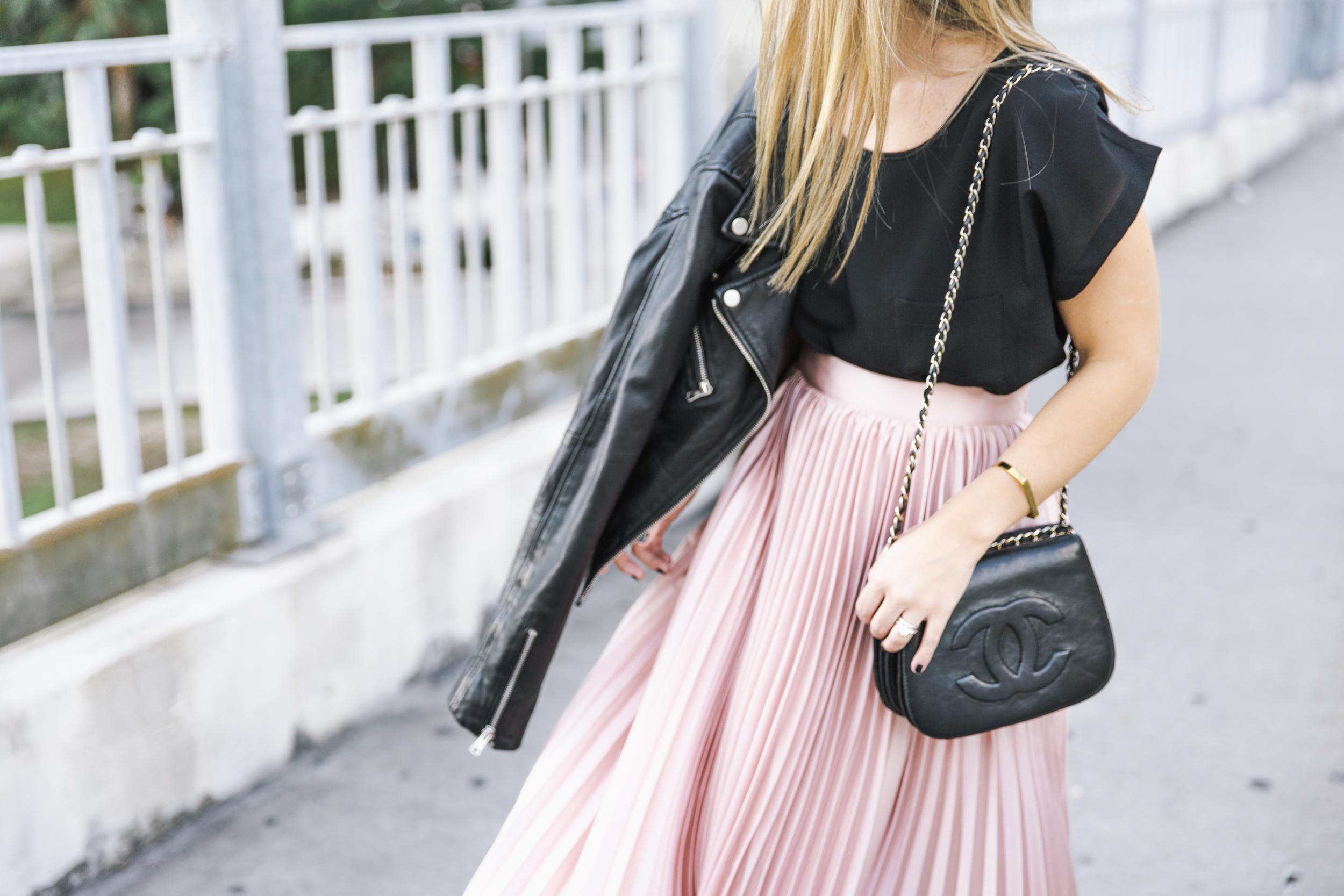 leatherjacket_pleatedskirt_chanelbag