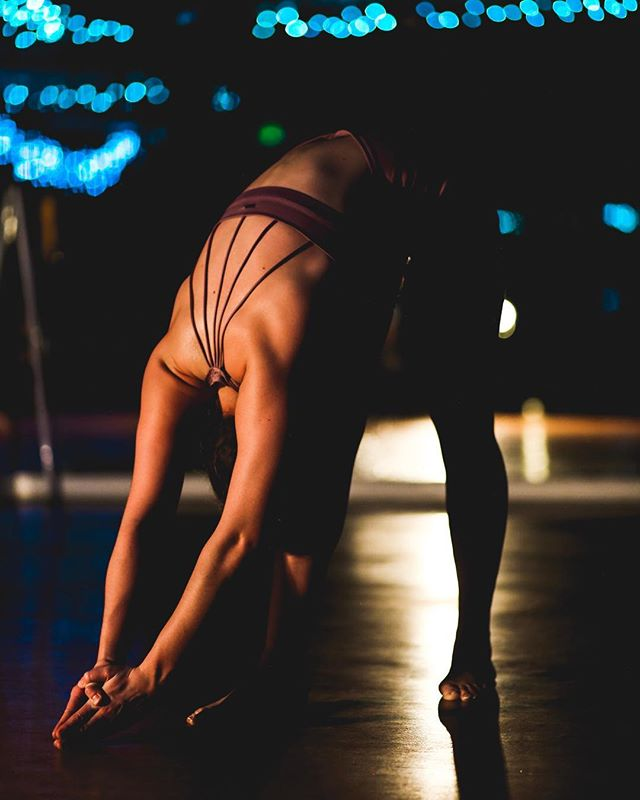 Moody lighting and Genna top details = LOVE 😍 #mikayogawear #gennatop #yogainthedark #yas