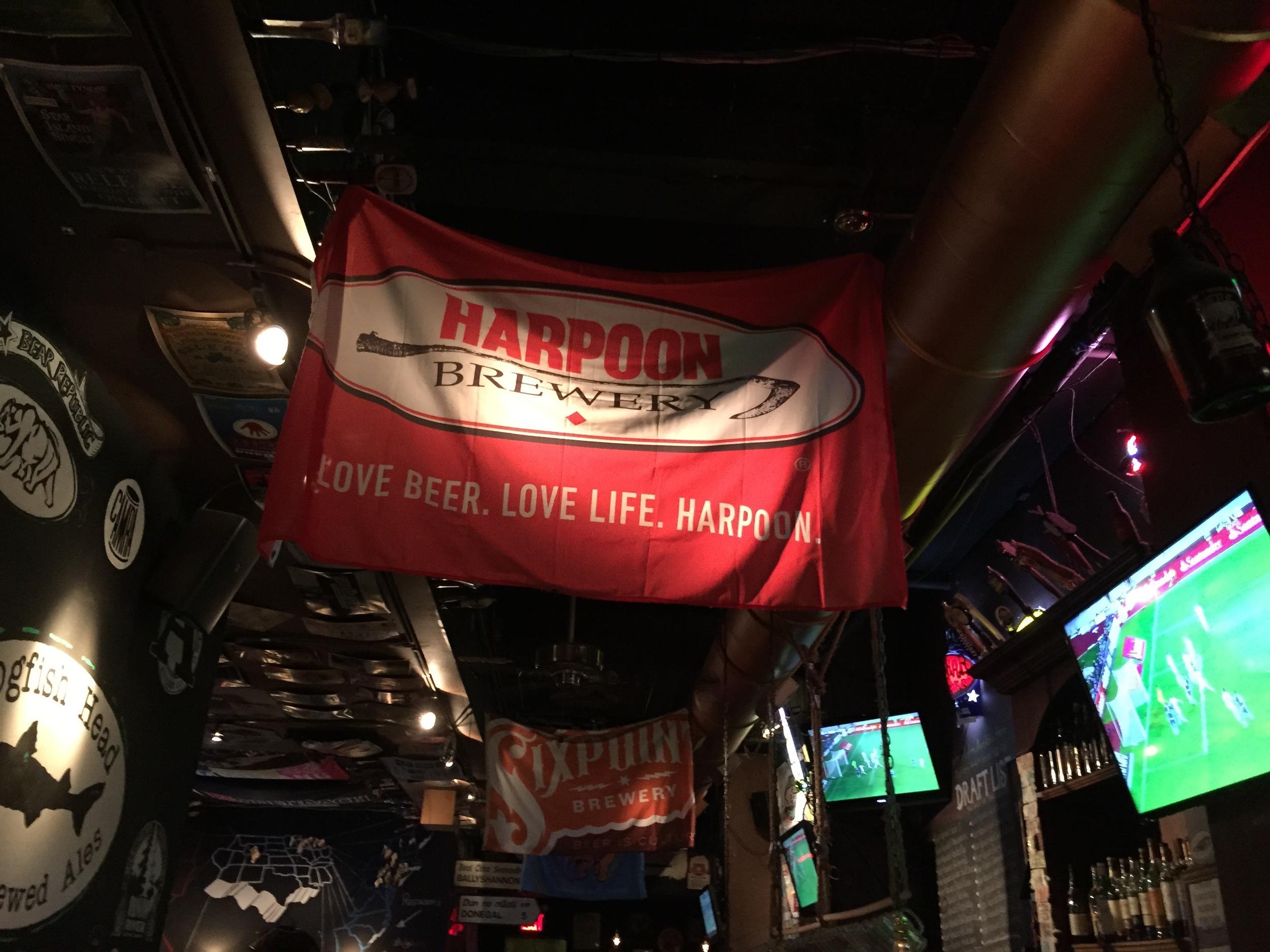 Логотип Harpoon Brewery, очень достойные пивовары из Чикаго.
