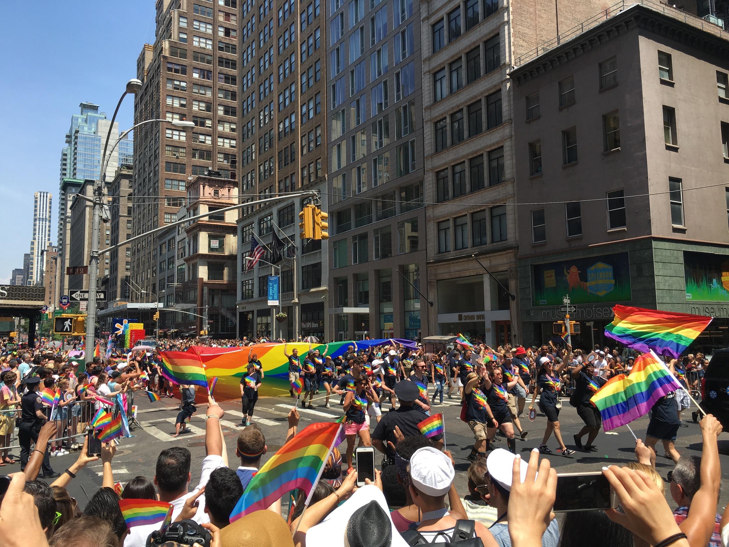 26 Июня, 2016 год. Пересечение 5-й авеню и 27-й улицы, Манхэттан, Нью-Йорк.