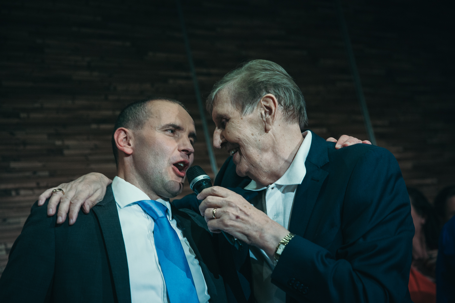 Guðni singing with singer Raggi Bjarna at his party