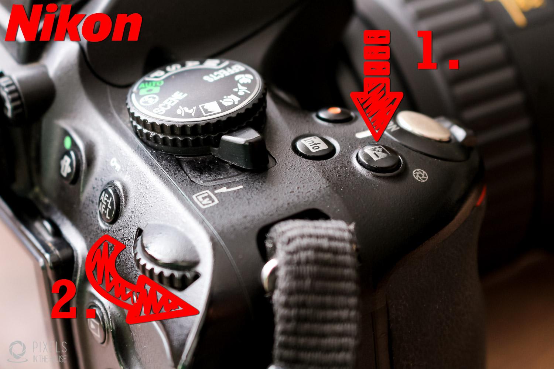 """Pour un reflex Nikon, le bouton exposition se trouve sur le haut de l'appareil, marqué """"1"""" ci-dessus. Tenez-le appuyez et tournez la molette marquée """"2"""" afin de régler la luminosité de l'image finale."""