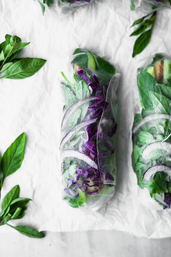 Easy Green & Purple Summer Rolls with Quick Dipping Sauce #beautifulingredient #vegan #veggies #summerroll #glutenfree #oilfree