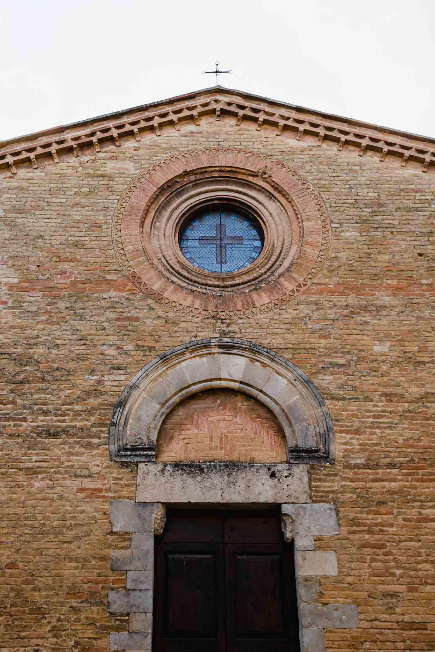 A church in San Gimignano, Italy, #tuscany #travel #italy #italianfarmhouse #olivegroves #travelphotography #vineyards #italyinautumn #beautifulitaly #vegantravel #italytravel #veganitaly #vegantuscany #veganhotel #ecotourism #organichotel #veganhotel #veganretreat #veganbedandbreakfast #sangimignano