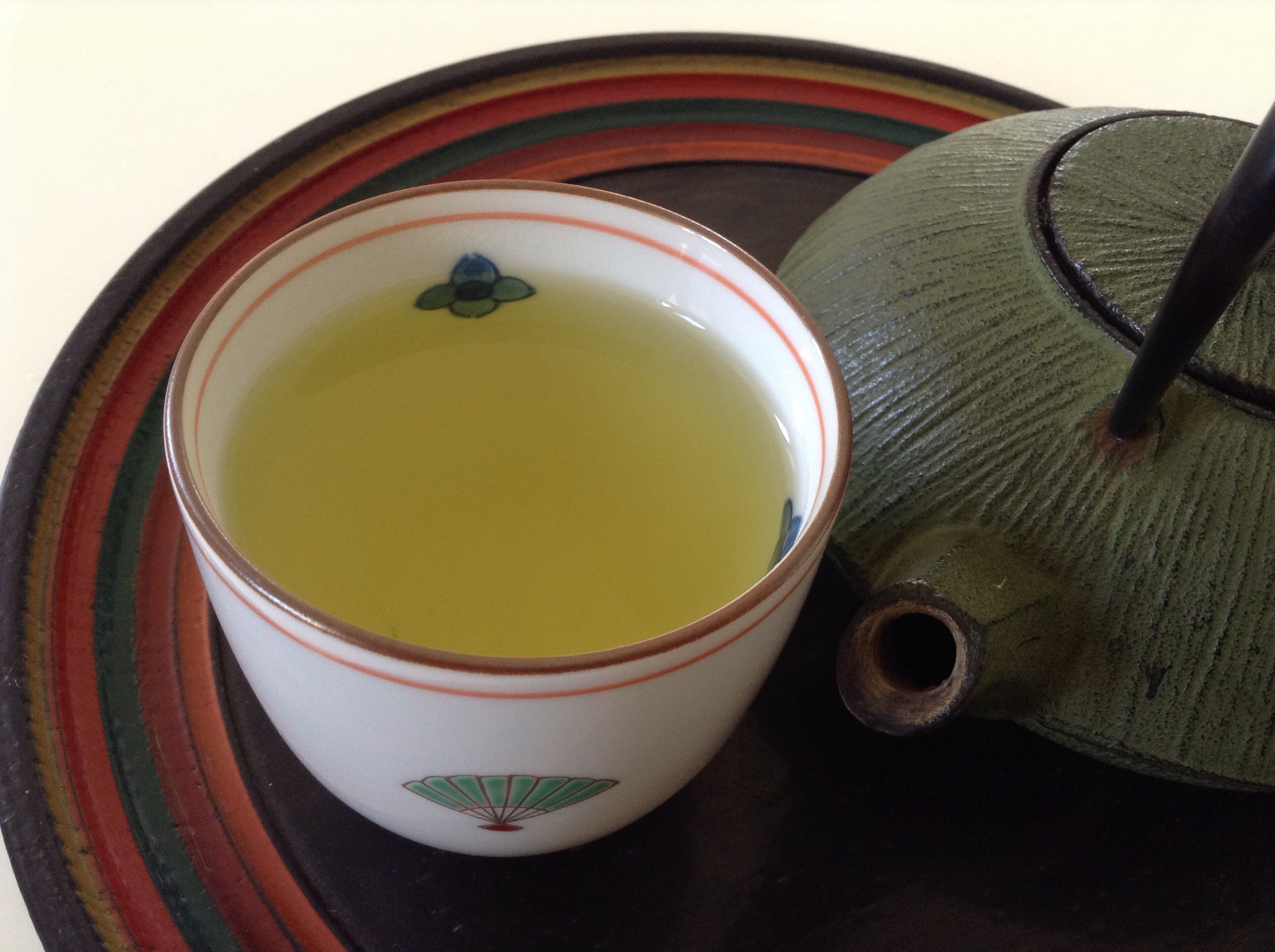 Freshly prepared new green tea (tray from a flea market, the teapot from Kappabashi dori, the tea bowl a present from our Japanese teacher)