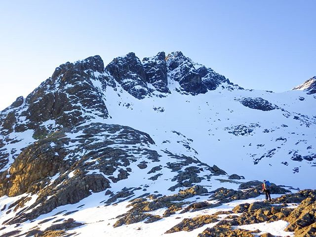Àpproaching 'Pinnacle Ridge' on Sgurr nan Gillian,  last Sunday.  #scotwinter #winterclimbing #skye @ami_professionals