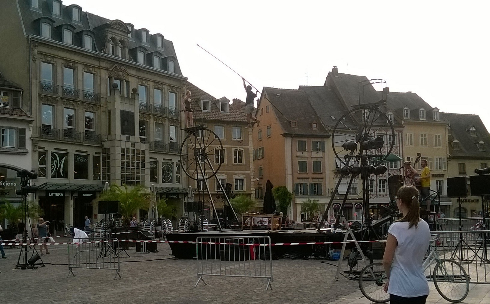 Captions by Sade, so not in french. Sorry! The festival hosted a lot of different companies during the week, here Sodade are preparing in the main square of Mulhouse.