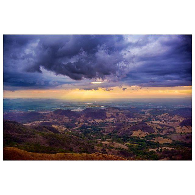 Volví a Cerro Pelado, pero esta vez para ver el atardecer. The sky gave me some drama. #Guanacaste #CostaRica #landscapephotography #CerroPelado #artsagram