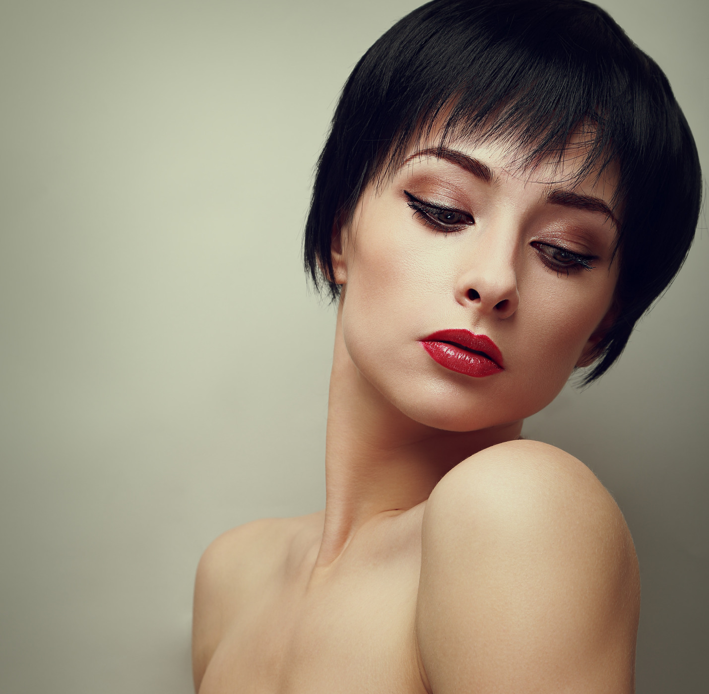 photodune-7765321-sexy-bright-makeup-woman-with-black-short-hair-style-looking-vintage-portrait-m.jpg