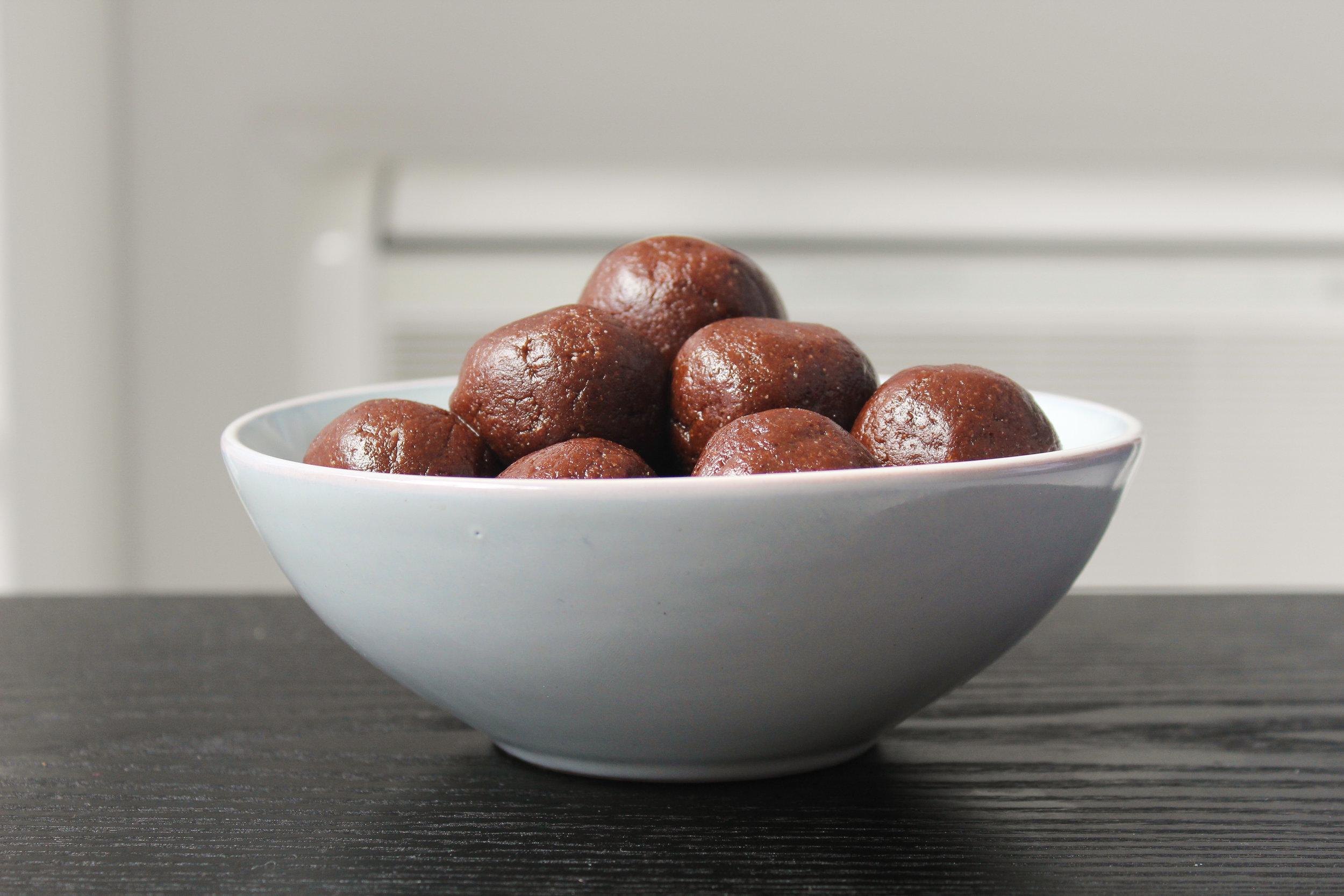 ALMOND FUDGE ENERGY BALLS |vegan, dairy free, gluten free, egg free, healthy  , easy, plant based  , refined sugar free, bliss balls, recoveringraw.com, recovering raw