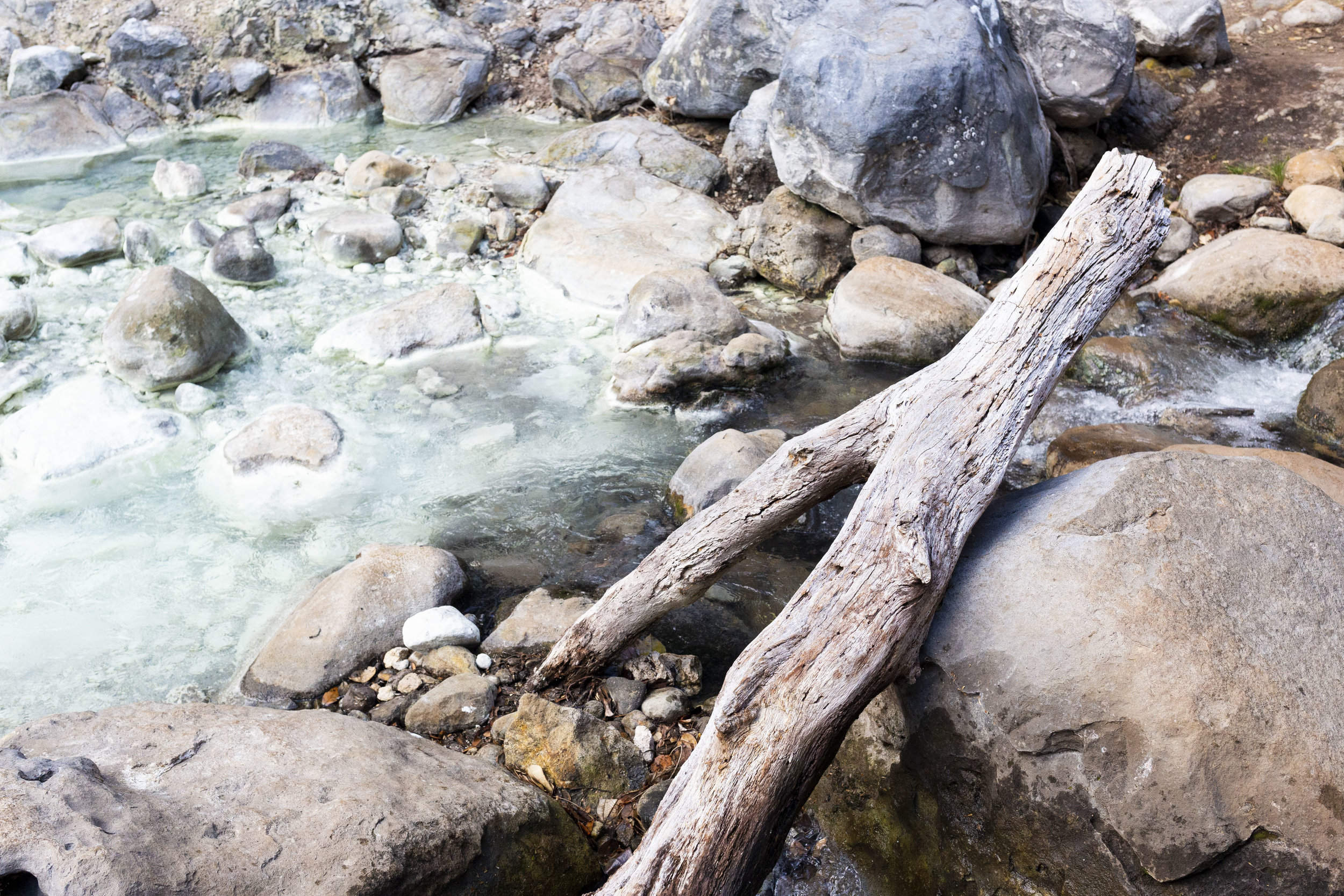 The color of the hot springs was lovely, but the atmosphere was strangely lonely.