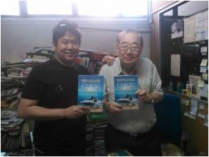 Internet marketing pioneer, Fabian Lim with book distributing extraordinaire, Johnson Lee.