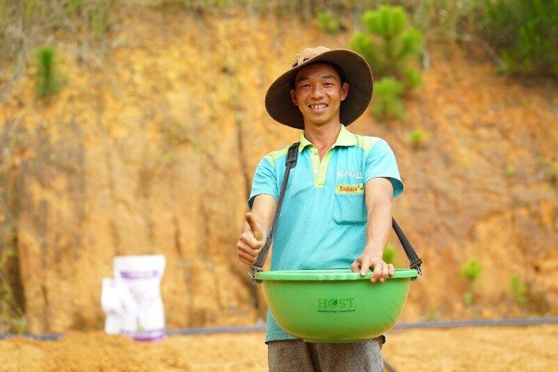 Den vietnamesiske bonden Khoa Nguyen er storfornøyd med det norske gjødselet med slam fra HØST. Vietnam er et land som trenger denne typen gjødsel i større grad enn Norge fordi den bedrer jordkvaliteten i varme områder. (Foto: Høst Asia)
