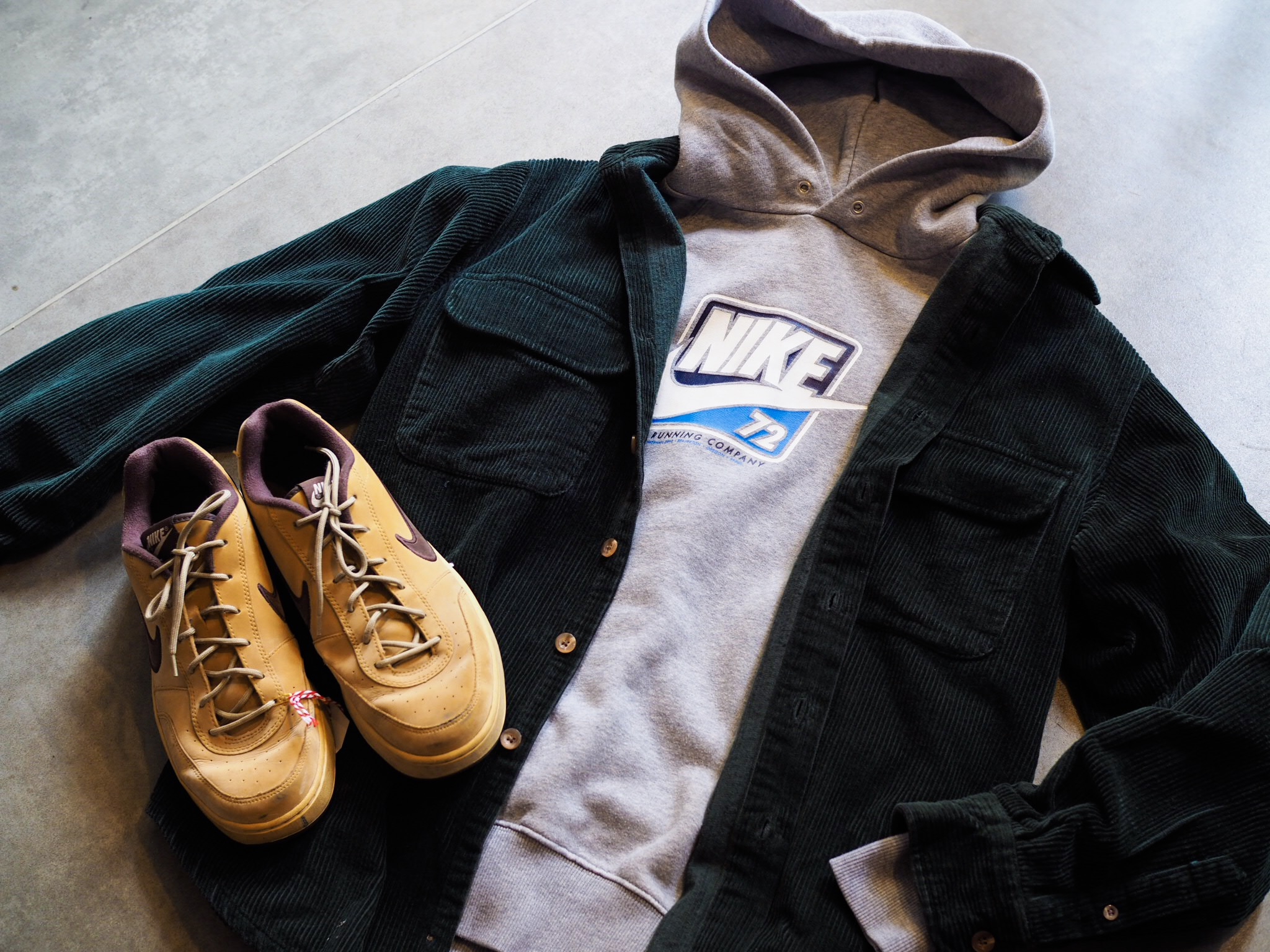 A Nike hoodie is a sportswear/streetwear staple. Not feeling the uber sports look? layer your hoodie with an ultra 90s, ultra cool, thick cord shirt and some Nike skating trainers: the perfect vintage outfit.