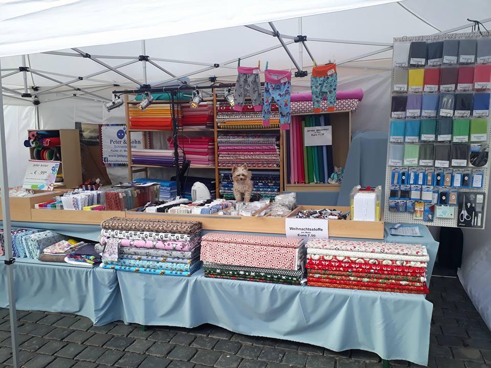 Stoffladen auf dem Herbstmarkt.jpg