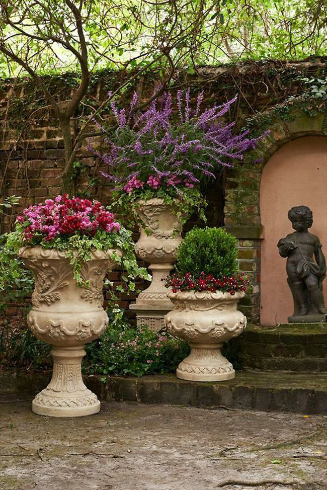 Such stunning urns and color combination!