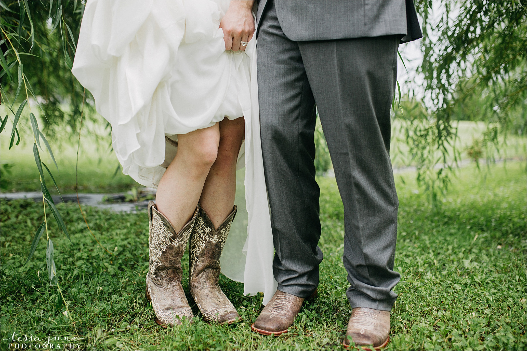 cadillac-ranch-wedding-maple-lake-st-cloud-wedding-photographer_0023.jpg