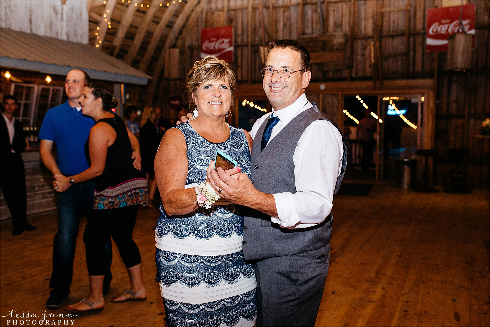 cadillac-ranch-wedding-maple-lake-st-cloud-wedding-photographer_0093.jpg
