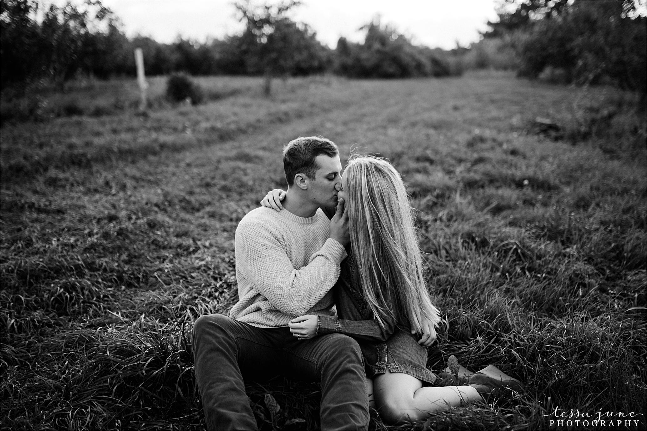 minnesota-harvest-orchard-engagement-st-cloud-wedding-photographer-fall-32.jpg