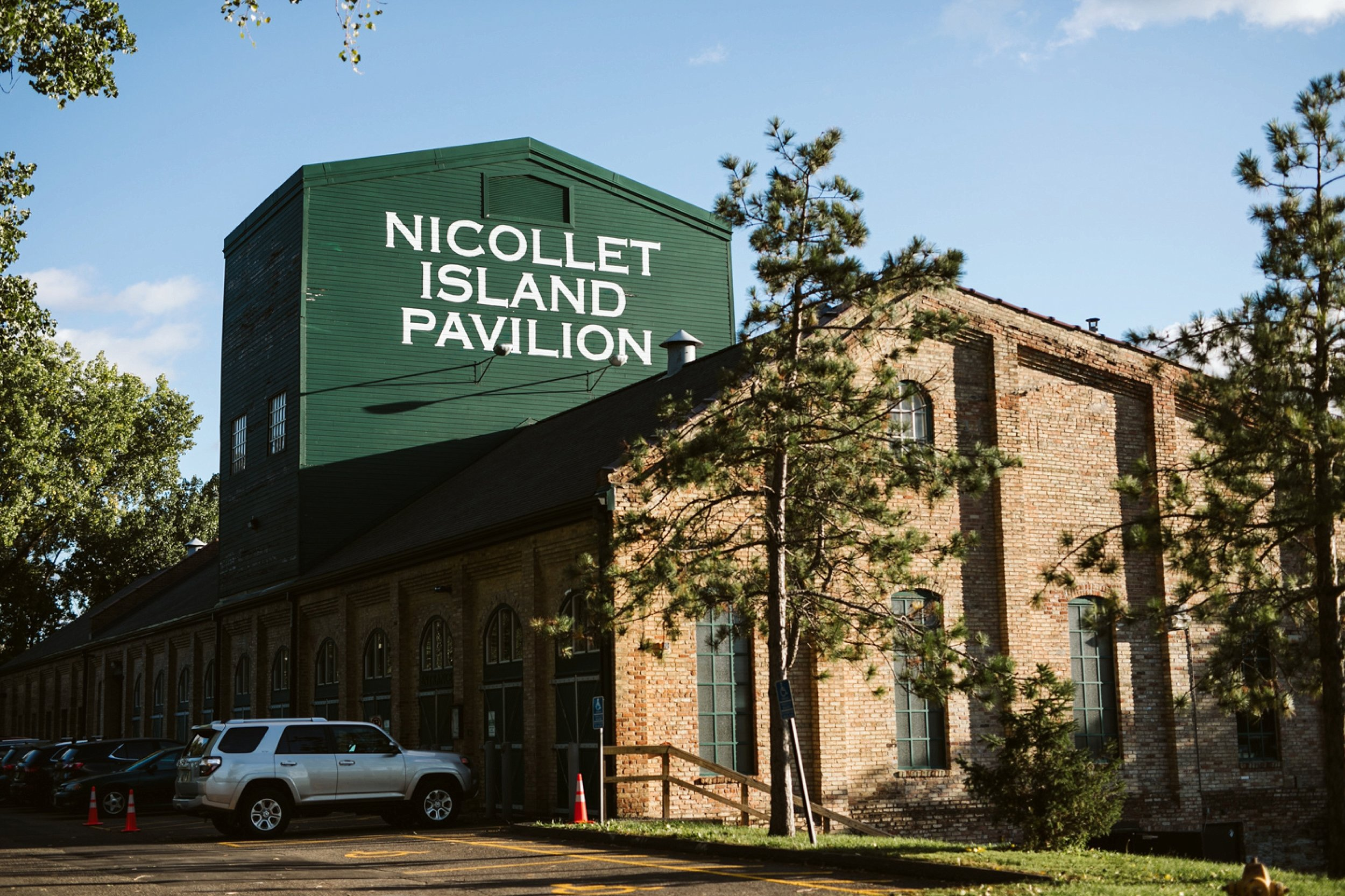 Nicollet-Island-Pavilion-Minneapolis-September-Coral-Navy-Wedding-130.jpg