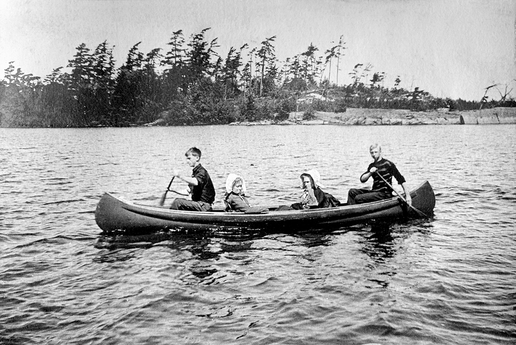 Versatile, reliable, graceful, the canoe could be used for pleasure or for work, although which one this is, is anyone's guess. A tradition inherited from the First Nations and from the voyageurs, the ability to handle a canoe properly was essential to summer life at the Ojibway.