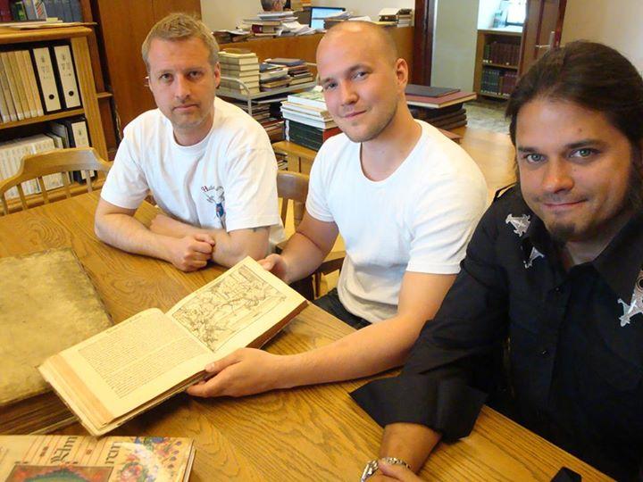 Hans Jörnlind, Axel Petterson ja Scott Brown selaavat Meyeria