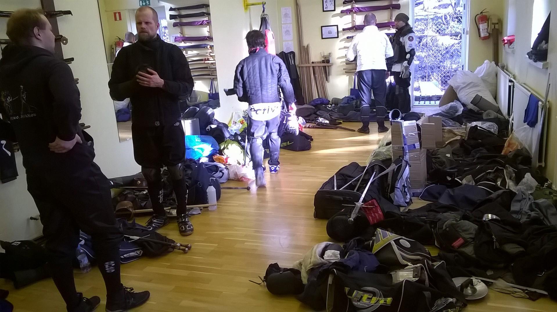Pienempi sali oli varattu varusteluolaksi, jossa vietettiin myös taukoja ja tutustuttiin eri puolilta Suomea saapuneisiin harrastajiin.